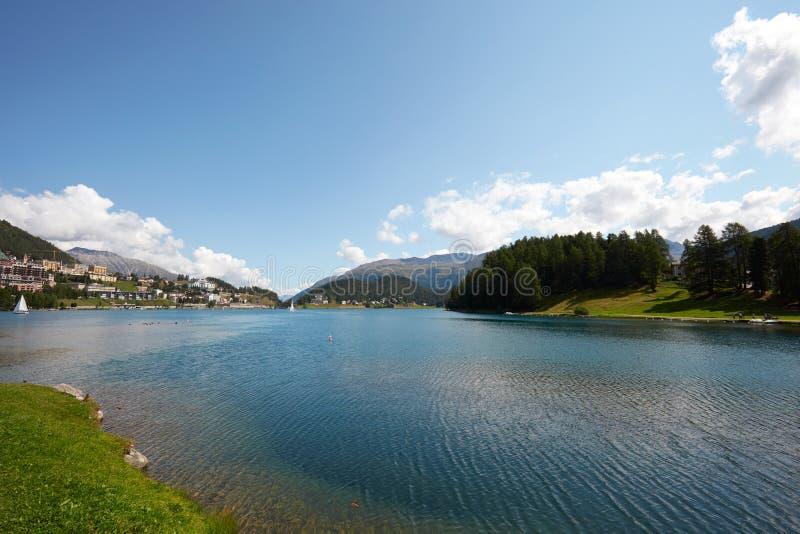 Sankt Moritz blå sjö, rent vatten och att segla fartyg i en solig dag i Schweiz royaltyfri bild