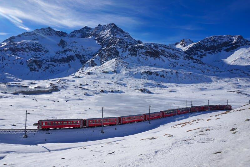 Sankt Moritz i Bernina przepustka - czerwony pociąg zdjęcia stock