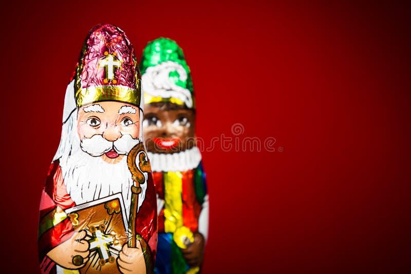 Sankt Nikolaus und schwarzer Peter Niederländische Schokoladenfiguren von Sinterklaas stockfotografie