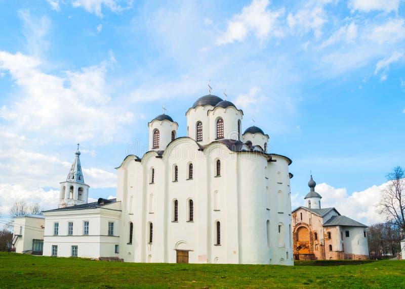 Sankt- Nikolauskathedrale, Paraskeva Pyatnitsa-Kirche und Tor ragen, Yaroslav Courtyard in Veliky Novgorod, Russland hoch lizenzfreies stockbild