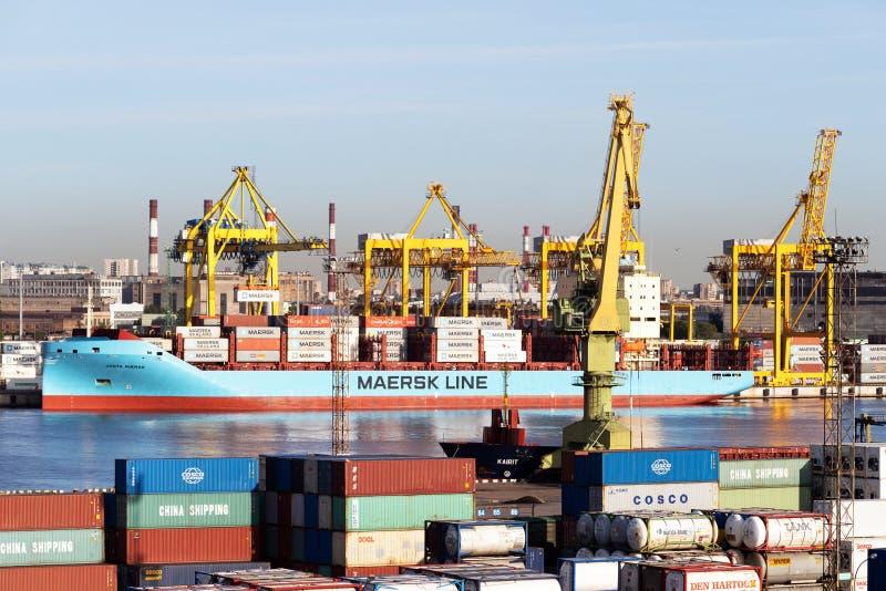 Sankt- Peterburg/Russie : Juin 03,2019 : Panorama du port avec des grues dans le port de St Petersburg en Russie photo stock