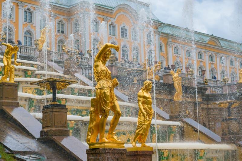 SANKT-, PETERBURG, RYSSLAND - Juni 08, 2018 Peterhof slott och Gr royaltyfria foton