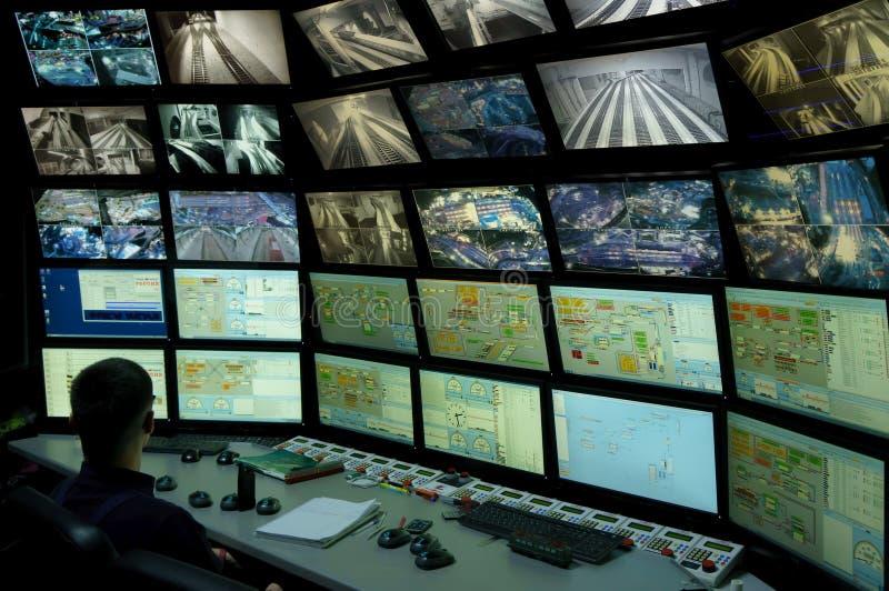 Sankt Petersburg, Rosja - 9 grudnia 2019 r.: Widok z tyłu mężczyzny patrzącego na wiele ekranów komputera System monitorowania obraz stock