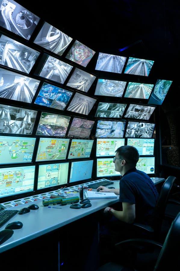 Sankt Petersburg, Rosja - 9 grudnia 2019 r.: Widok z tyłu mężczyzny patrzącego na wiele ekranów komputera System monitorowania obrazy stock