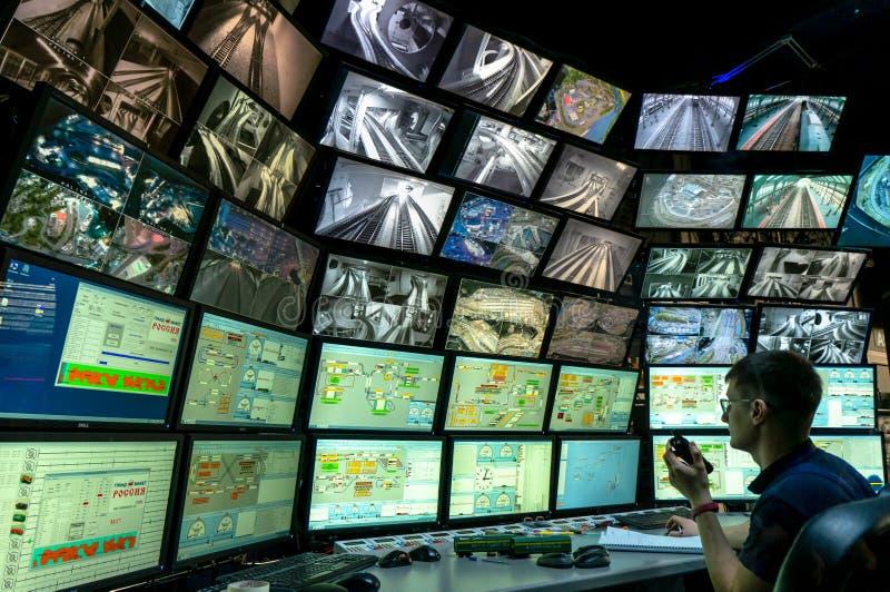 Sankt Petersburg, Rosja - 9 grudnia 2019 r.: Widok z tyłu mężczyzny patrzącego na wiele ekranów komputera System monitorowania zdjęcie royalty free