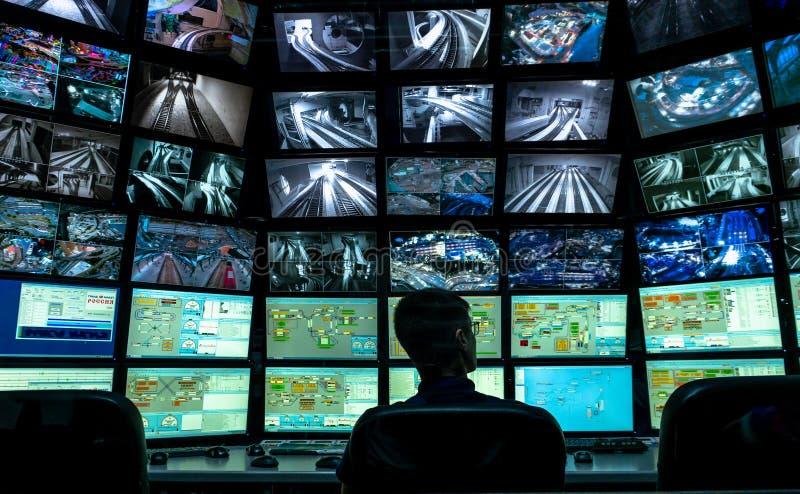 Sankt Petersburg, Rosja - 9 grudnia 2019 r.: Widok z tyłu mężczyzny patrzącego na wiele ekranów komputera System monitorowania zdjęcia stock