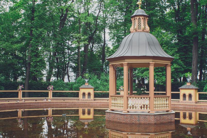 Sankt Petersburg, Rosja - 2 sierpnia 2019: herbaciarnia w ogródku letnim obraz royalty free