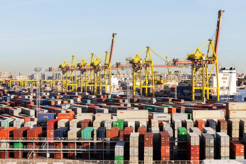 Sankt-Petersburg Rusland: 03 juni 2019: De ladingshaven Containerschip in de uitvoer en de invoer bedrijfslogistiek en vervoer stock foto's