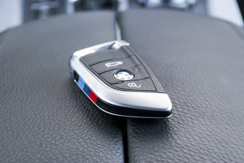Крупный план беспроводных ключей BMW X5M в черном кожаном салоне автомобиля. Автоматическая ручка переключения передач фон. Детали интерьера автомобиля. Санкт-Петербург, Россия, март стоковое фото