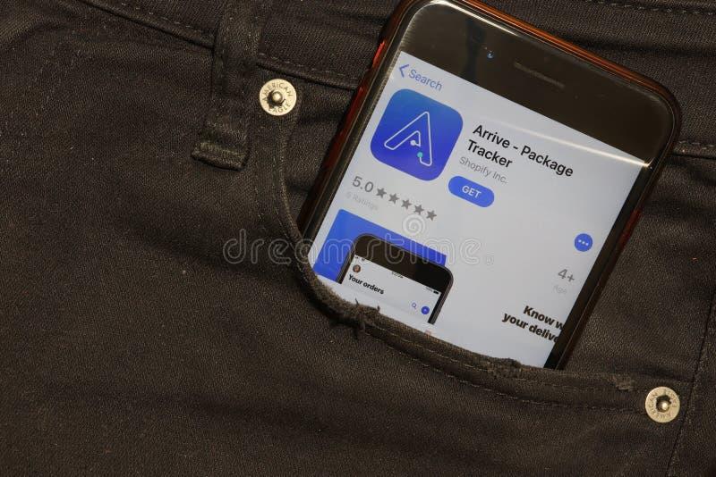 Sankt-Petersburg, Russland - 6. Dezember 2019: Handy-Bildschirm mit dem Arrive Package Tracker Icon in Taschennähe, Illustrative stockfoto
