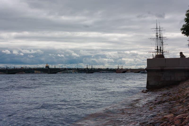 Sankt-Petersburgo, Neva Escena nublada foto de archivo libre de regalías