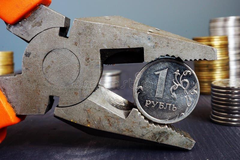 Sanktioner för Ryssland och inflation Plattång som rymmer ryssrublet arkivbild