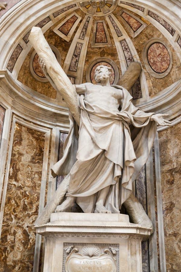 Sanktt Andrew staty i basilicaen av Vatican royaltyfri bild