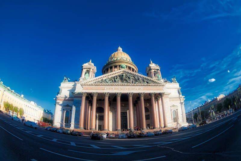 Sanktt Isaac domkyrka i St Petersburg, Ryssland Fiskögonlins som skapar en toppen bred vinkelsikt arkivbild