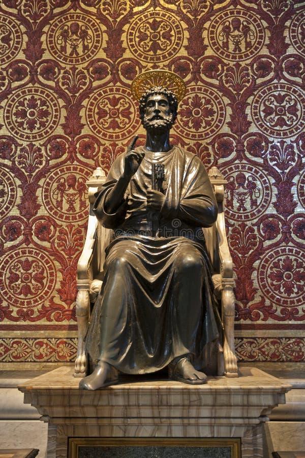 Sanktt Peter staty i basilicaen av Vatican royaltyfria bilder