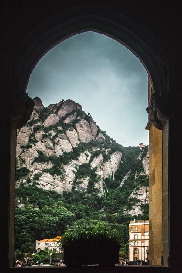 Sanktuarium dama Montserrat i góra Opactwo architektura przeciw chmurnemu niebu pusta kopii przestrzeń zdjęcia royalty free