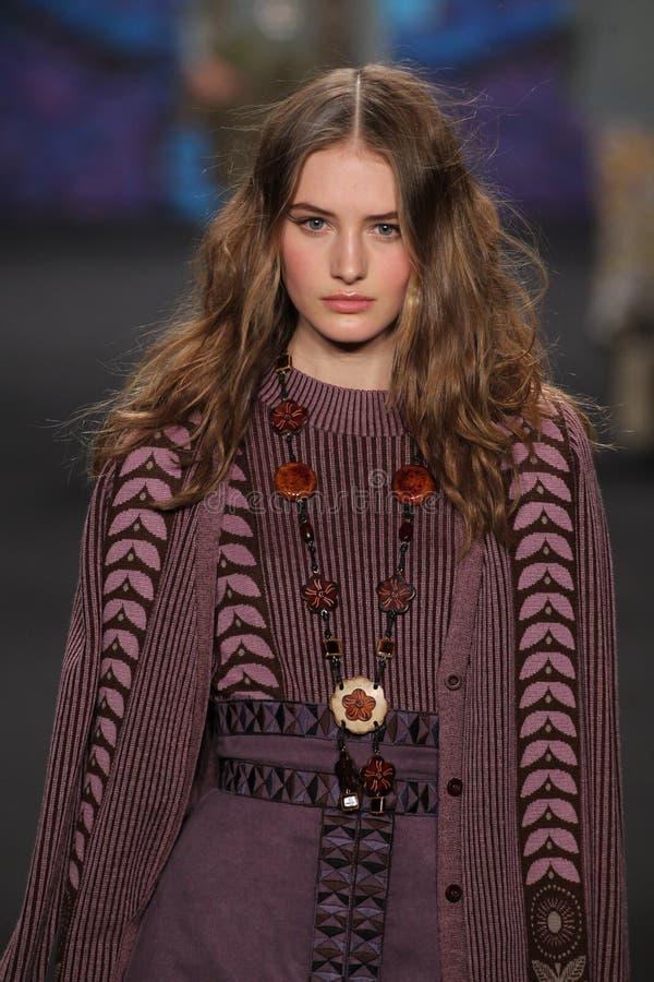 Sanne Vloet modelo camina la pista en el desfile de moda de Anna Sui durante la caída 2015 de MBFW imágenes de archivo libres de regalías