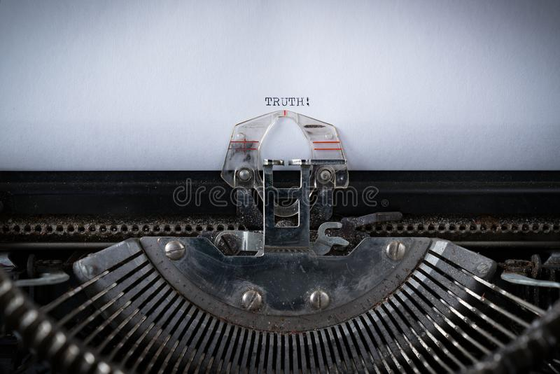 Sanning som skrivas på skrivmaskinen arkivbilder