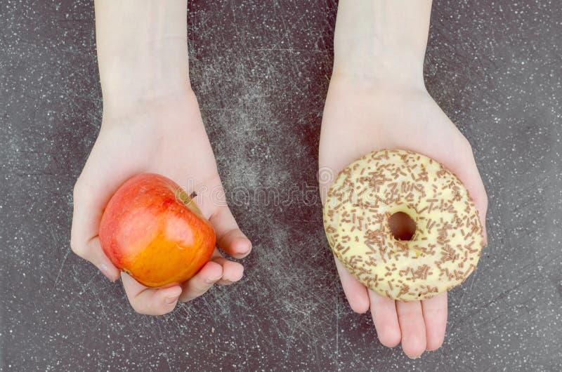 Sano contro il concetto non sano di cibo fotografia stock