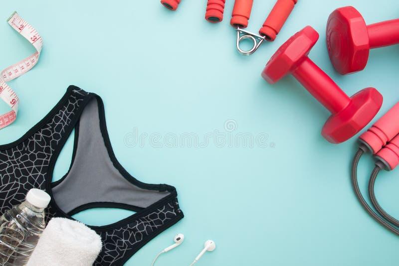 Sano e sia a dieta il concetto, attrezzature di sport su backgr pastello blu fotografie stock