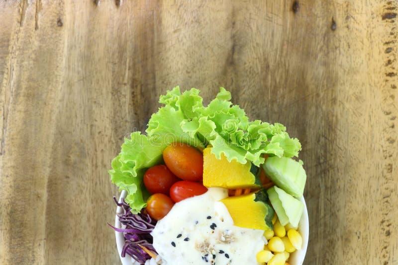 Sano y adiete la comida, ensalada de las verduras frescas con la ensalada de la crema del atún en el cuenco blanco en el fondo de foto de archivo libre de regalías
