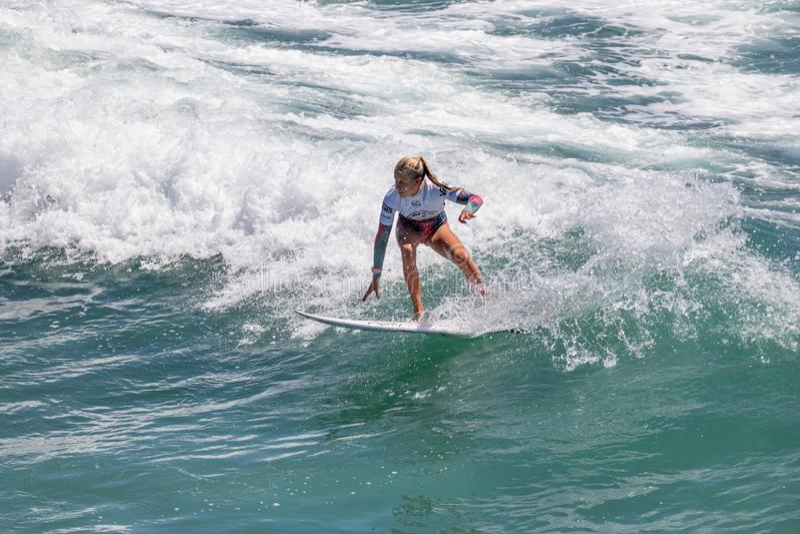 Sanoa Dempfle-Olin surfant dans l'US Open de fourgons de surfer 2019 image libre de droits