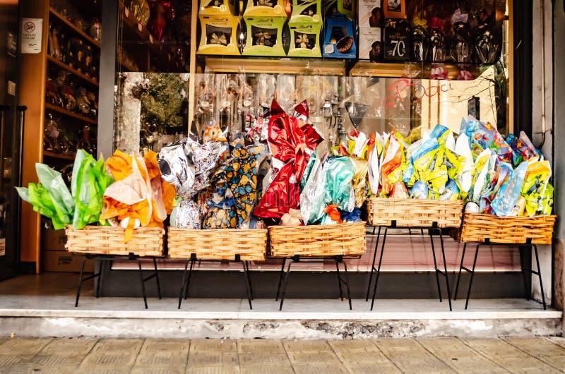 Sanremo, Itália, em abril de 2019: os ovos da páscoa tradicionais do chocolate decoram uma montra imagens de stock