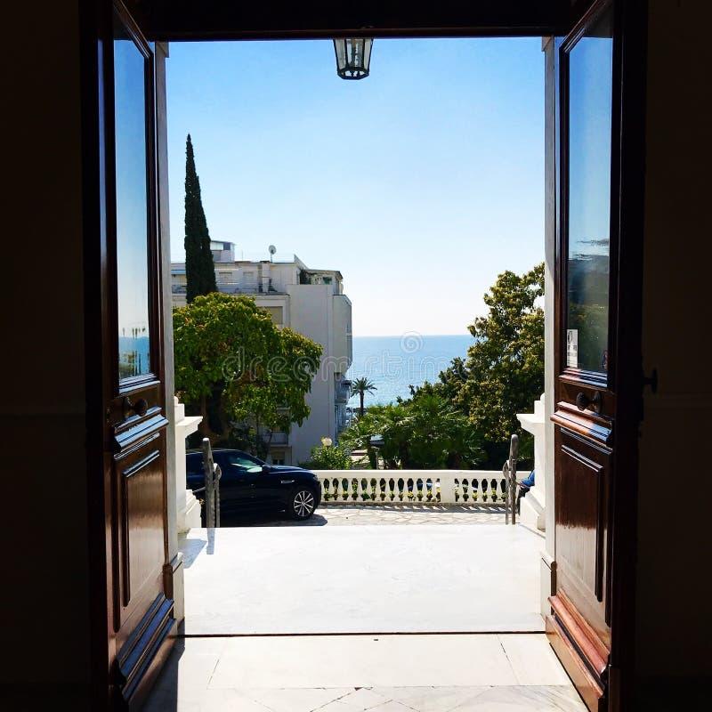 Sanremo, Italie, 2019 : vue du méditerranéen de la véranda d'hôtel photographie stock libre de droits