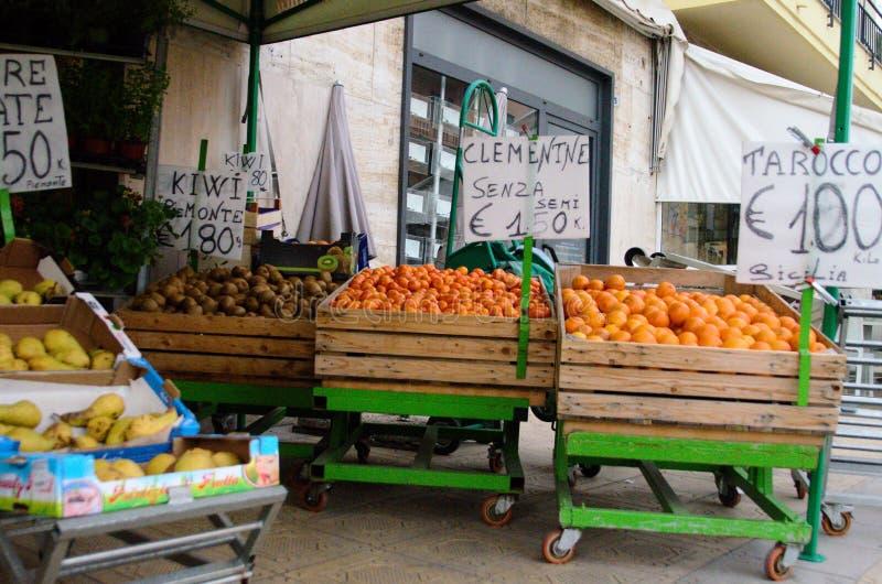 Sanremo, Italien, im April 2019: Fruchtverkäufer lizenzfreie stockfotos