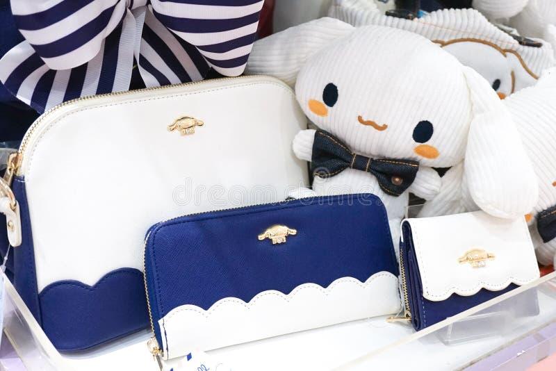 Sanrio Japan merchandises på skärm i Sanrio område Cinnamoroll är ett berömt Sanrio tecken Selektivt på den marinblåa plånboken royaltyfria bilder
