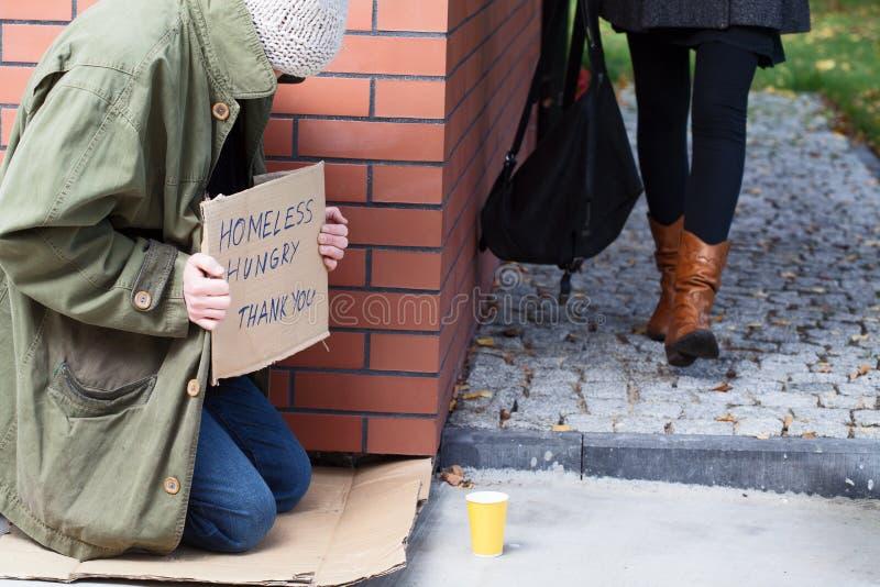 Sans-abri au coin de la rue photo libre de droits