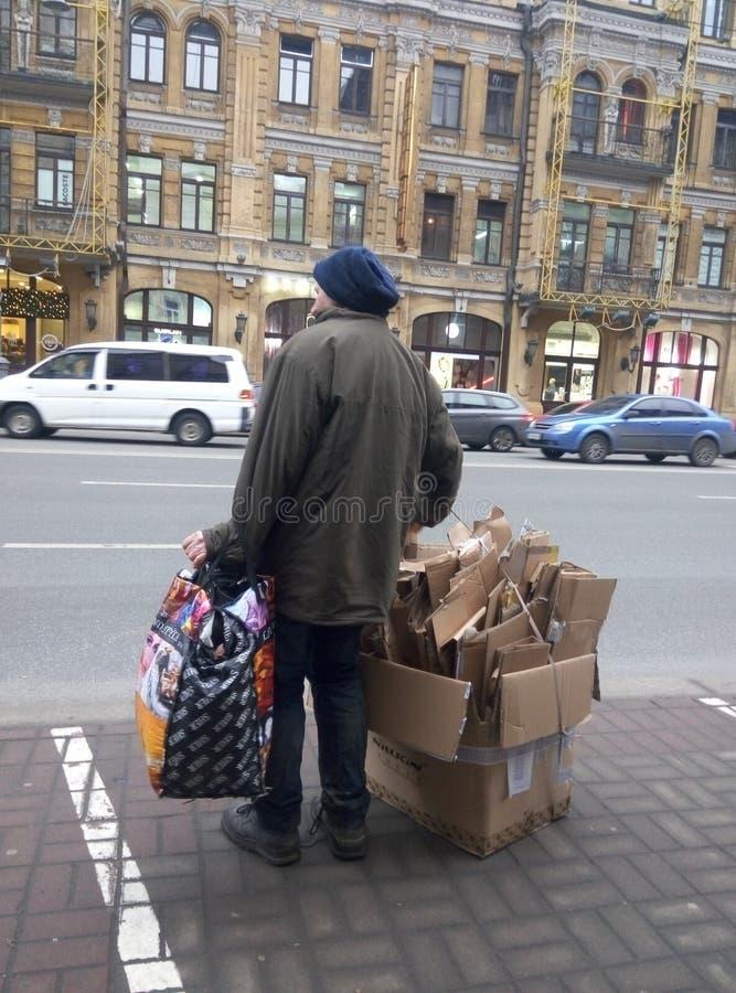Sans-abri en ville images stock