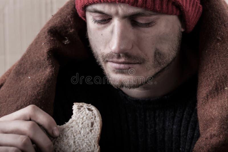 Sans-abri et sandwich mangeur d'hommes pauvre image libre de droits