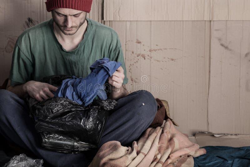 Sans-abri vivant sur la rue photographie stock libre de droits