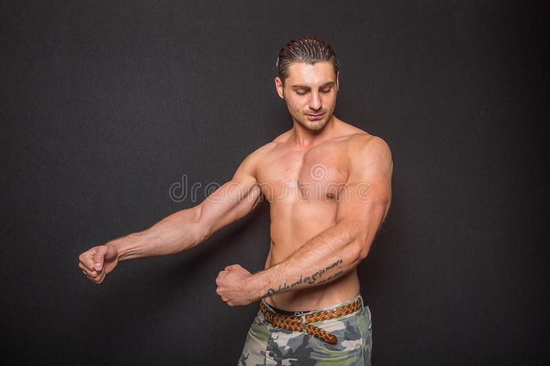 Sans chemise masculin sportif sexy photographie stock