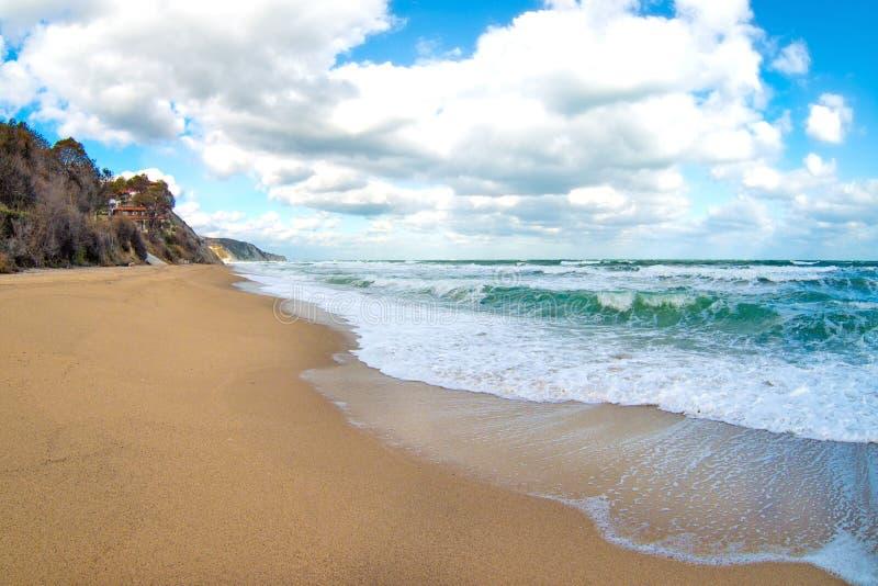 Sans plage populeuse à la période d'automne image libre de droits