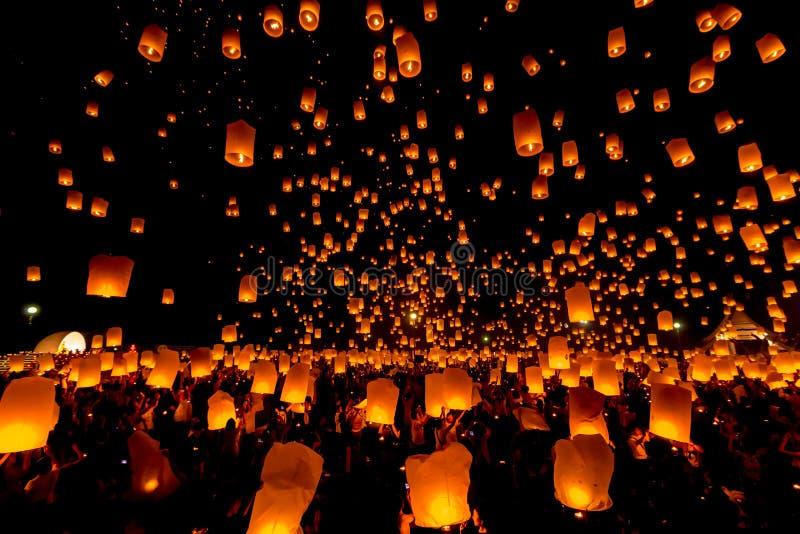 SANSAI, CHIANGMAI, ТАИЛАНД - 14-ОЕ НОЯБРЯ: Фестиваль Yee Peng, Loy Kra стоковые фотографии rf