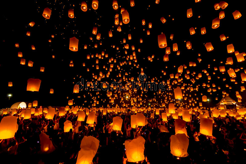 SANSAI, CHIANGMAI, THAILAND - NOV 14: Yee Peng Festival, Loy Krathong celebration with more than a thousand floating lanterns in. Chiangmai, Thailand on royalty free stock photos