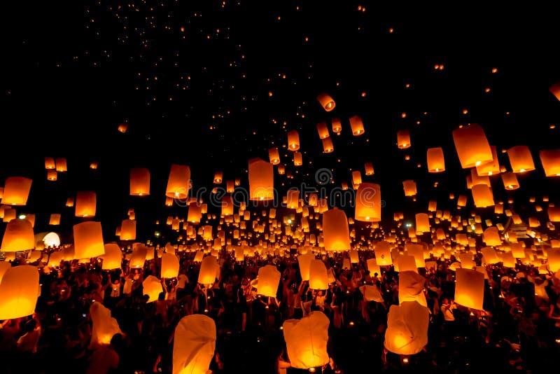 SANSAI, CHIANGMAI, THAILAND - 14. NOVEMBER: Yee Peng Festival, Loy Kra lizenzfreie stockbilder