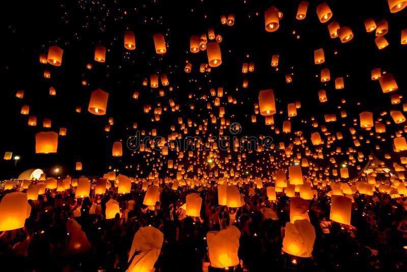 SANSAI CHIANGMAI, THAILAND - NOVEMBER 14: Yee Peng Festival Loy Kra royaltyfri fotografi