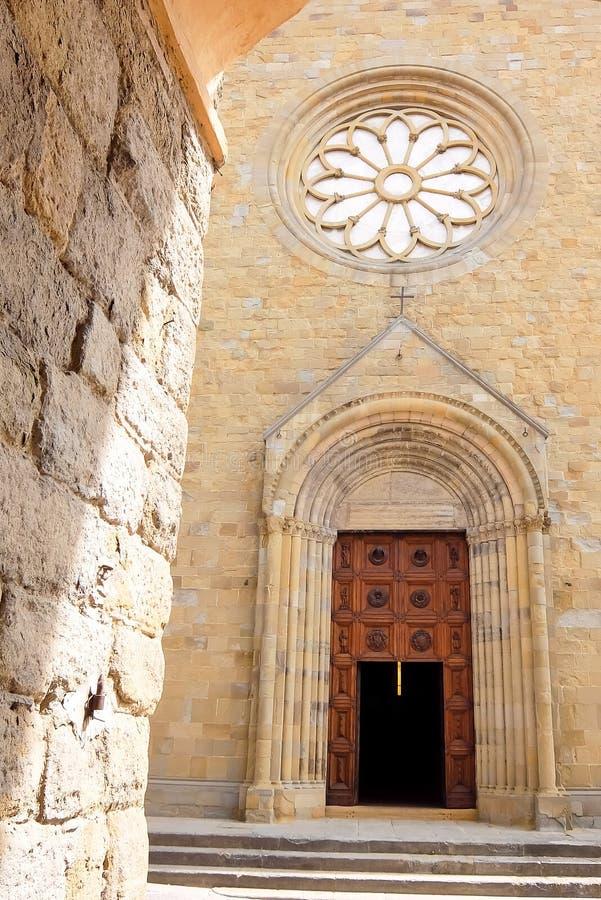 SANSEPOLCRO, ITALI? Voorgevel van katholieke kerk Cattedrale Di San Giovanni Evangelista royalty-vrije stock fotografie