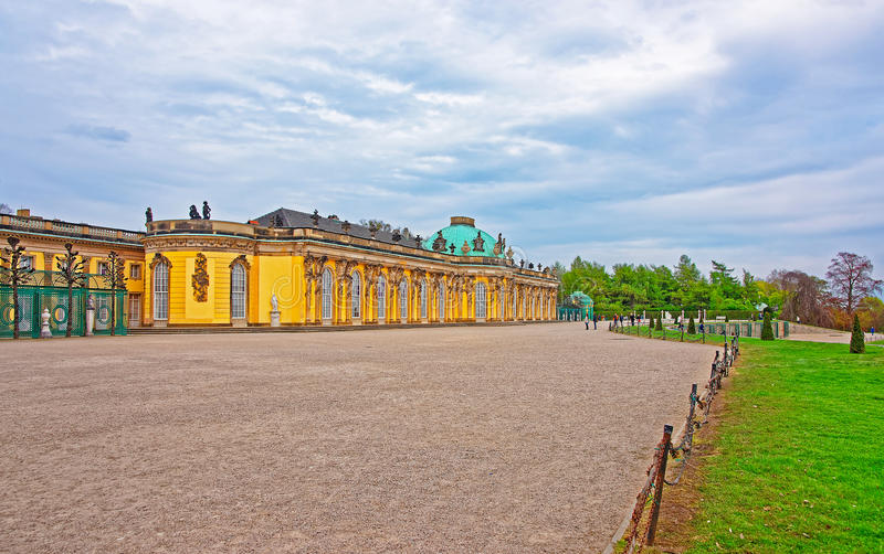 Sanssouci颐和园和大阳台在Sanssouci在波茨坦停放 库存图片