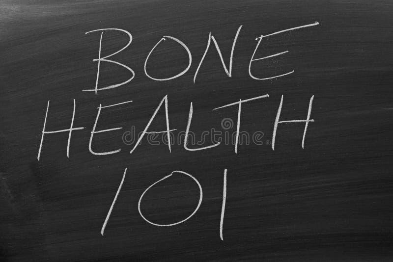 Santé 101 d'os sur un tableau noir photos stock