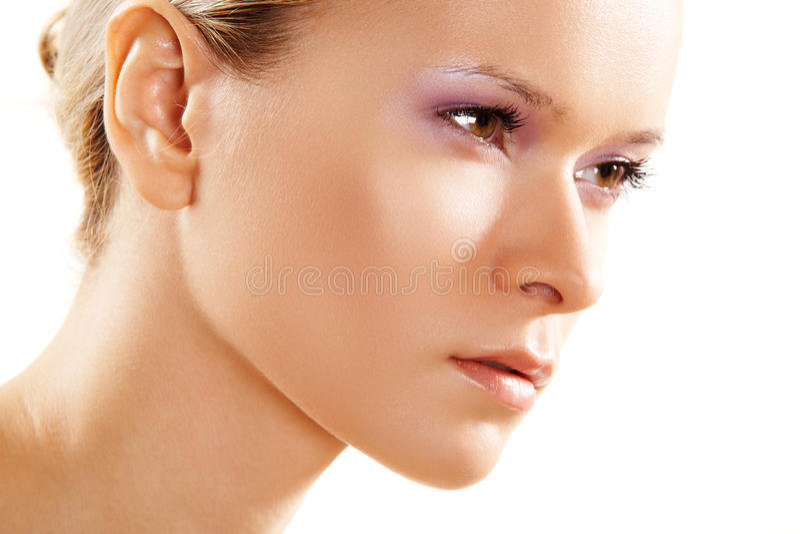 Santé et beauté. Visage femelle propre attrayant images stock