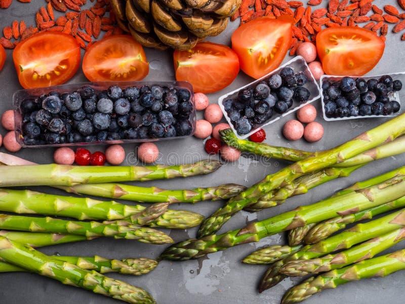 Santé et nourriture superbe pour amplifier le système immunitaire dans les concretebowls, hauts en antioxydants, anthocyanines, m photo libre de droits