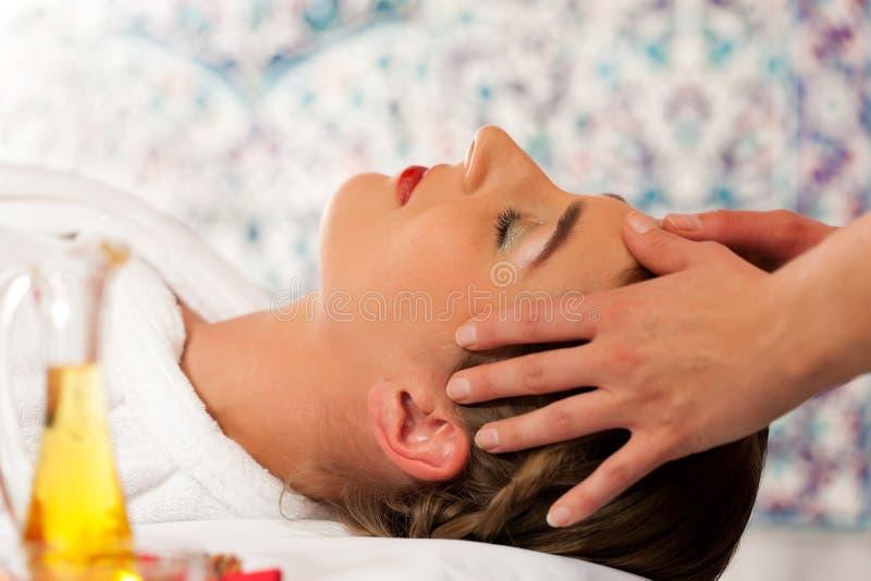 Santé - femme obtenant le massage principal dans la station thermale photographie stock