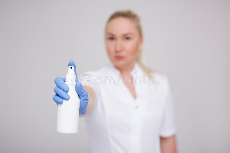 Santé, hygiène et concept de pandémie du virus de la corona - femme médecin, infirmière ou cosmétologiste en uniforme blanc pulvé photographie stock libre de droits