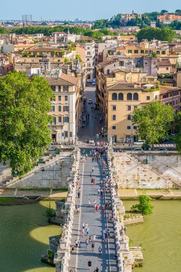 Sant 'Angelo Bridge como visto de Castel Sant 'Angelo em uma tarde ensolarada do verão Indicadores velhos bonitos em Roma (Italy) imagens de stock