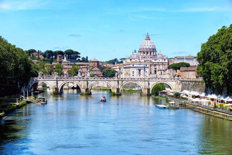 Sant 'Angelo Bridge sobre el río de Tíber en Roma fotografía de archivo