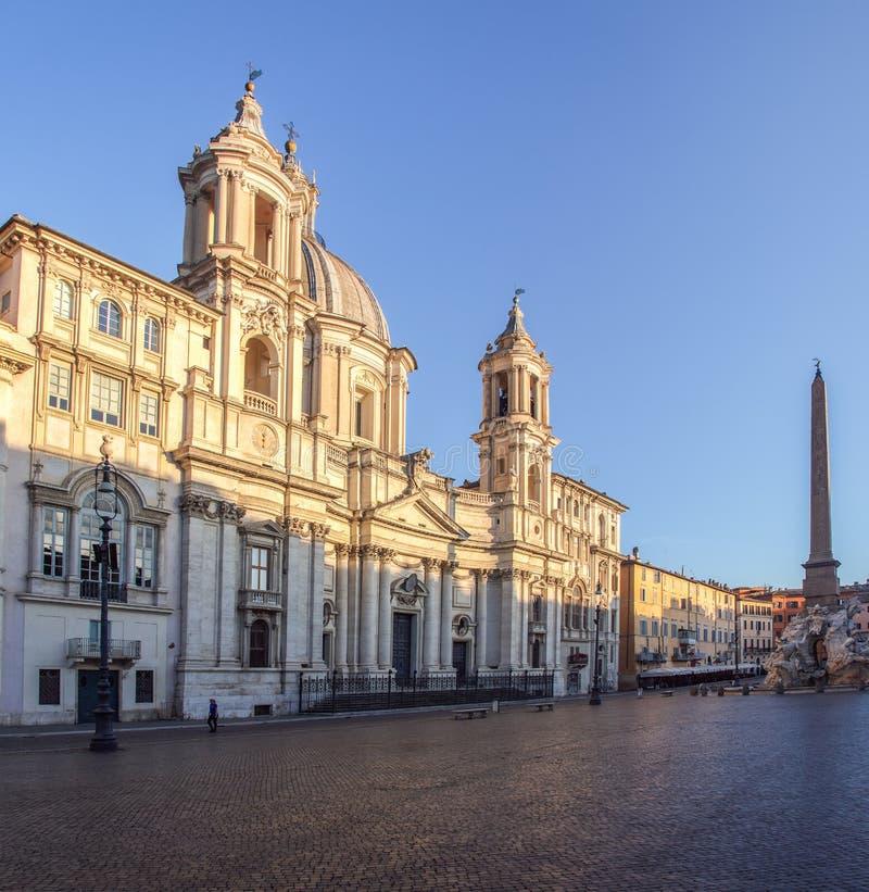 Sant Agnese Church an der Dämmerung im Marktplatz Navona - Rom, Italien stockfotografie
